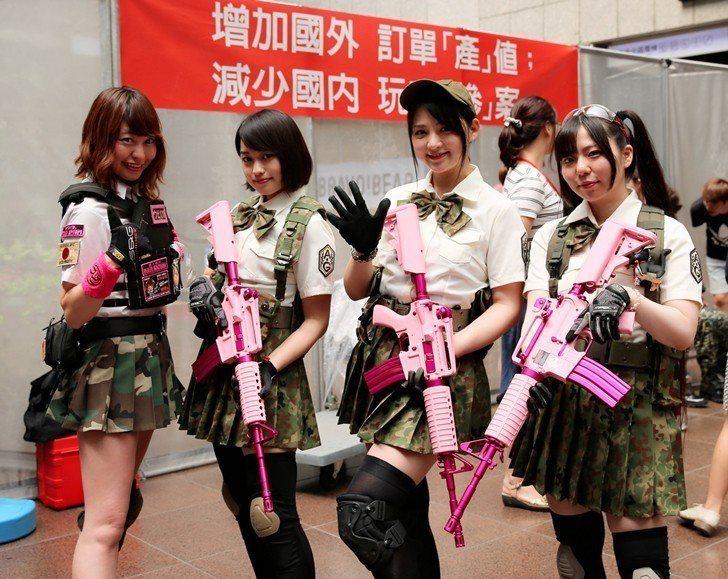 日本自衛隊退役女兵,手持怪怪貿易(G&G)全球限量款的玩具空氣長槍。 曹佳榮/攝...