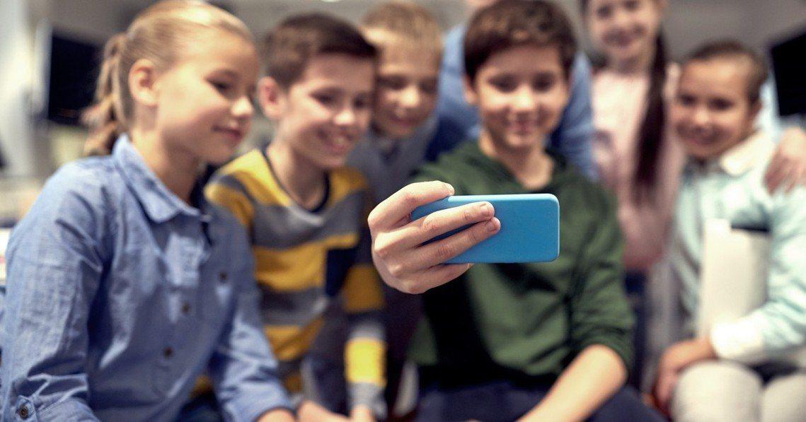 法國國會7日通過國中、國小校園內施行「學生手機禁用令」。圖為示意圖。 圖/ing...
