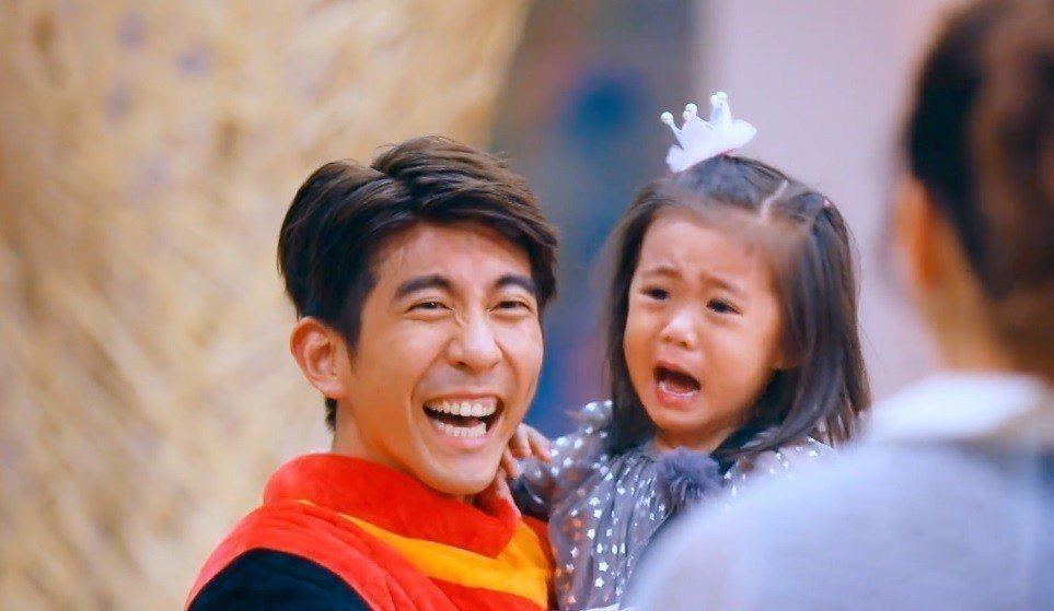 咘咘被修杰楷玩偶裝嚇哭。圖/截圖自愛奇藝台灣站