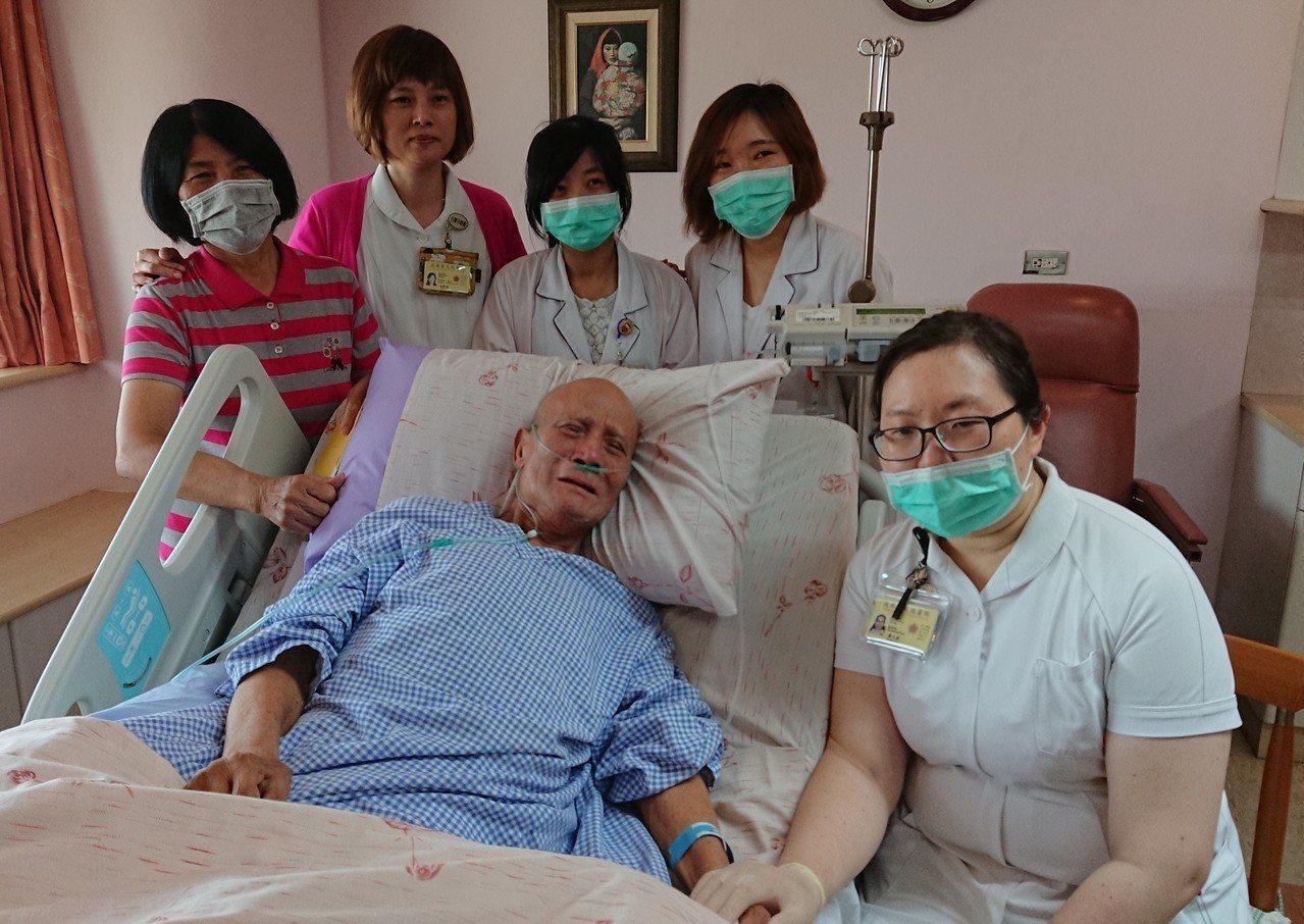73歲的黃富吉上月底住進安寧病房,身體虛弱的他談起50年前與軍中同袍吳俊明的情誼...