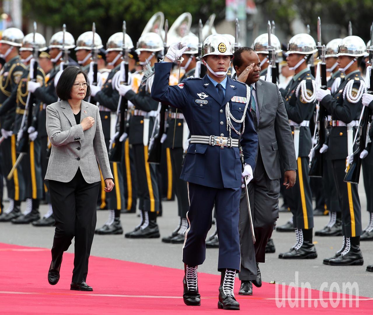 蔡英文總統(左)上午以軍禮歡迎史瓦帝尼王國國王恩史瓦帝三世(右),雙方默契佳、互...