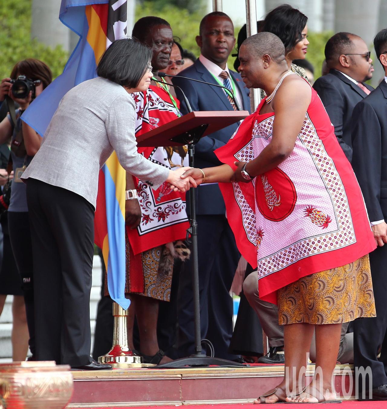 蔡英文總統(左)上午以軍禮歡迎友邦史瓦帝尼王國,與史瓦帝尼王國成員握手致意。記者...