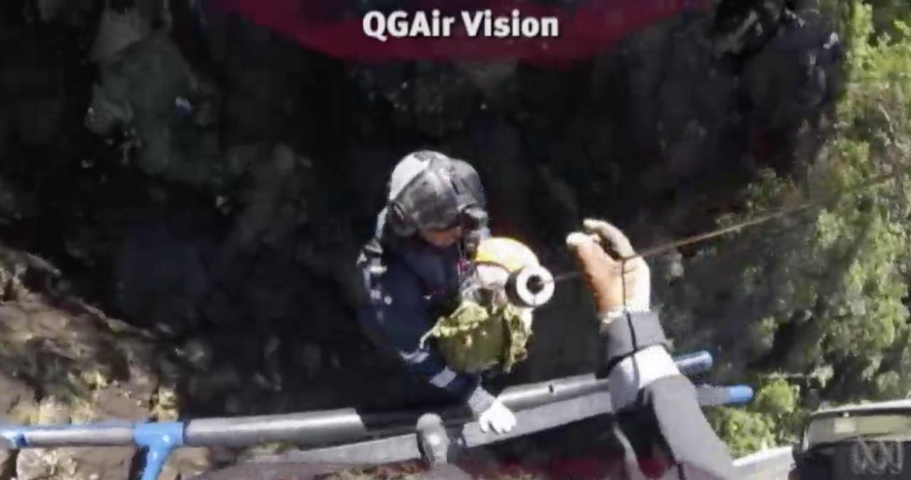 救護人員將韓珠喜固定後,吊上直升機送醫治療。翻攝澳洲廣播公司(ABC)網站