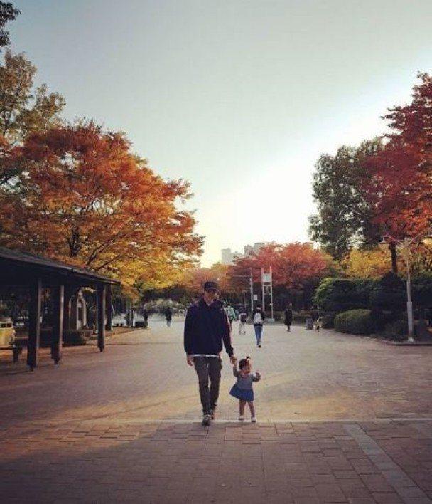 金俊牽著女兒散步。圖/摘自IG