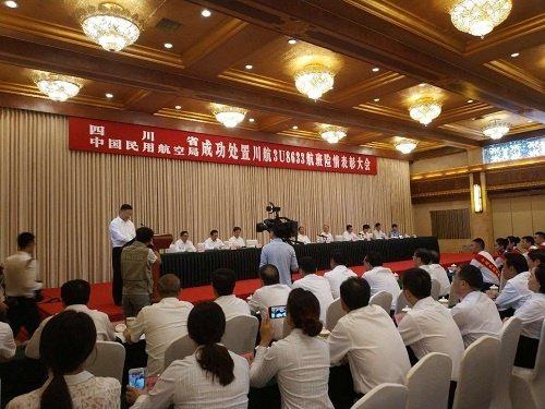 中國民用航空局今天表揚川航英雄機長和機組人員。其中,機長劉傳健獲頒「中國民航英雄...