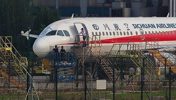 四川航空5月14日發生飛往拉薩航機因駕駛艙玻璃脫落,座艙失壓危急,班機最後迫降成...