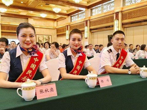 中國民用航空局今天表揚川航英雄機長和機組人員。取自鳳凰網