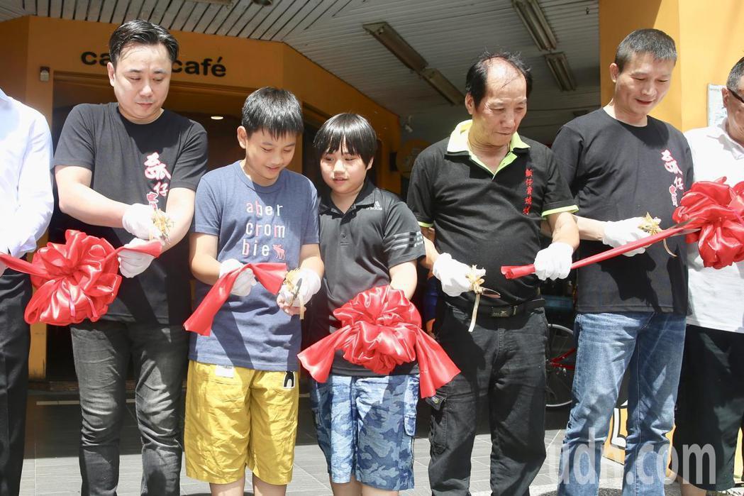 溫兆宇(小彬彬)(左一)新店「彬彬正記瓠仔貴燒烤」下午正式開張,兒子小小彬(中)