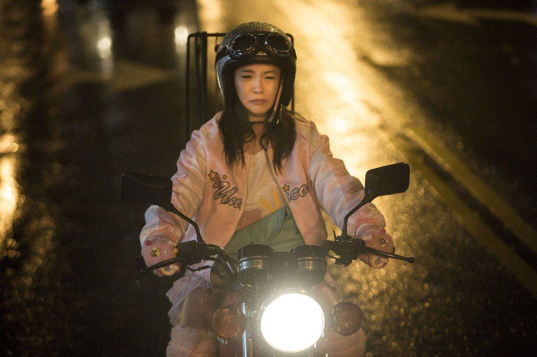 郭書瑤(前)在「切小金家的旅館」演出女漢子,扛瓦斯桶、騎打擋車。圖/良人行影業提...