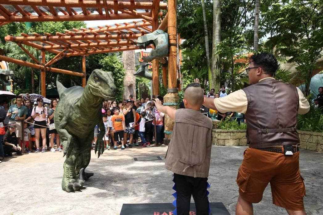遊客可以參加猛龍訓練營,親自體驗訓練迅猛龍的過程。圖/取自Resorts Wor...