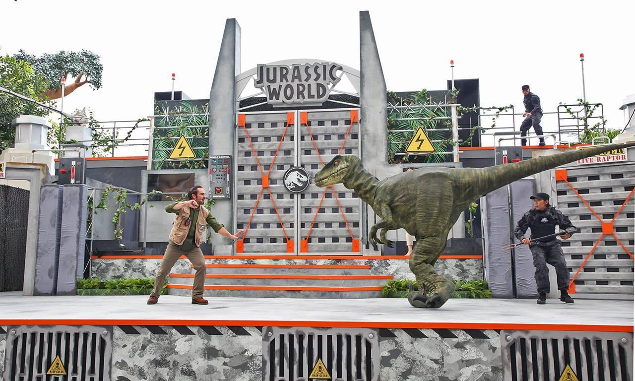 「侏羅紀世界:怒號」真人秀中,可看見真人與迅猛龍之間的互動。圖/取自Resort...