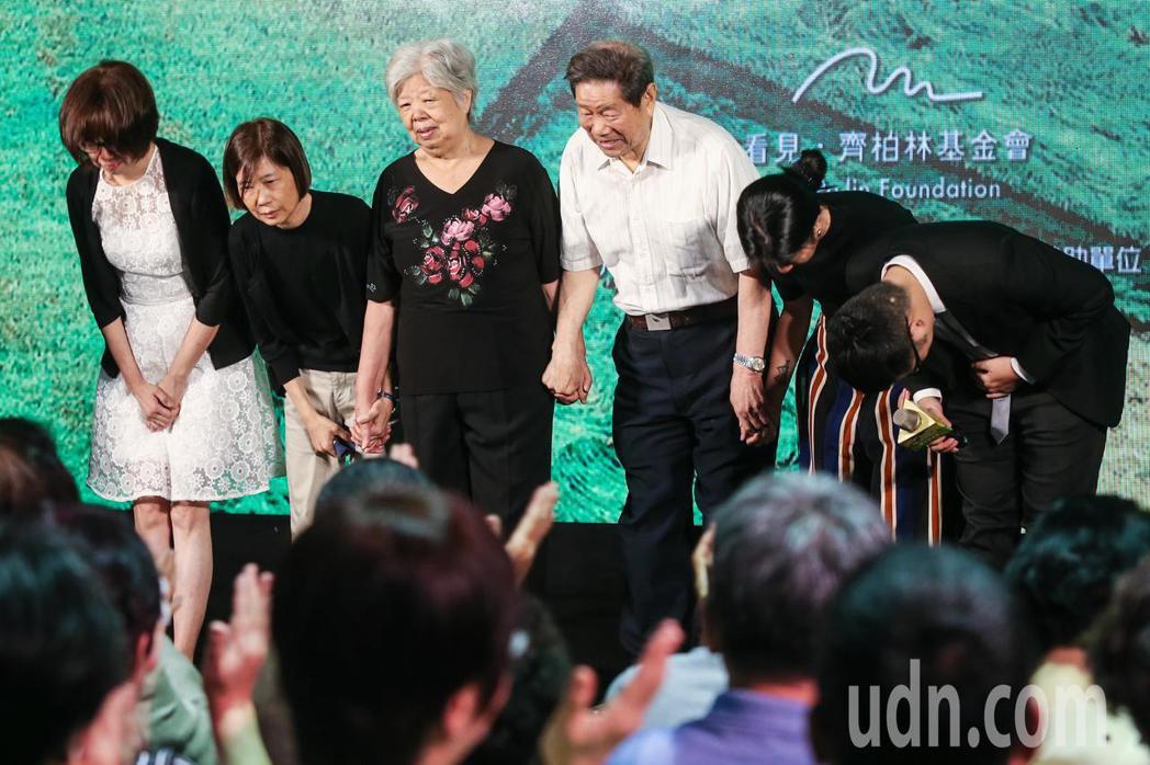 齊柏林的父母與家人上台向與會嘉賓鞠躬致意。記者林俊良/攝影