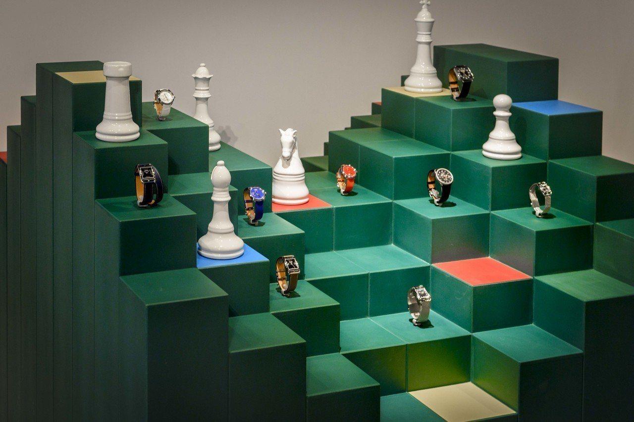 愛馬仕秋冬發表會上,腕表以棋盤展出,呼應遊戲主題。圖/愛馬仕提供