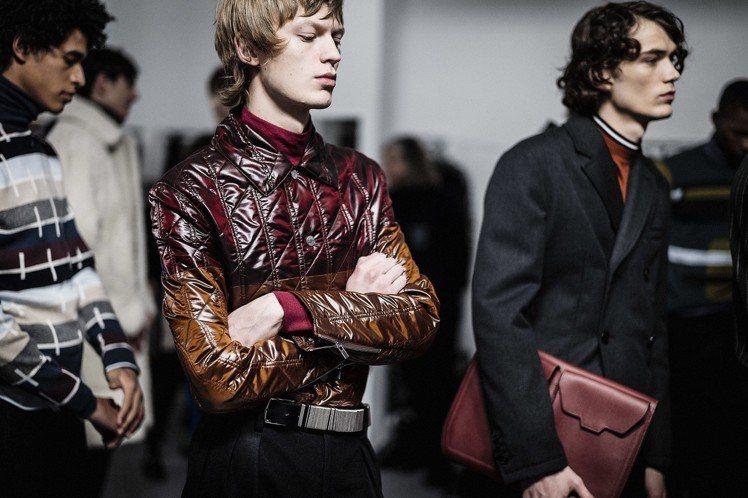金屬光澤的 Toilbright 材質是愛馬仕的獨創材質,首度出現秋冬鋪棉版。圖...