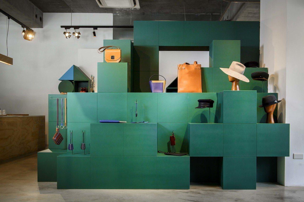 愛馬仕發表秋冬系列,呼應年度主題「玩轉世界」,展示櫃以魔術方塊為造型。圖/愛馬仕...