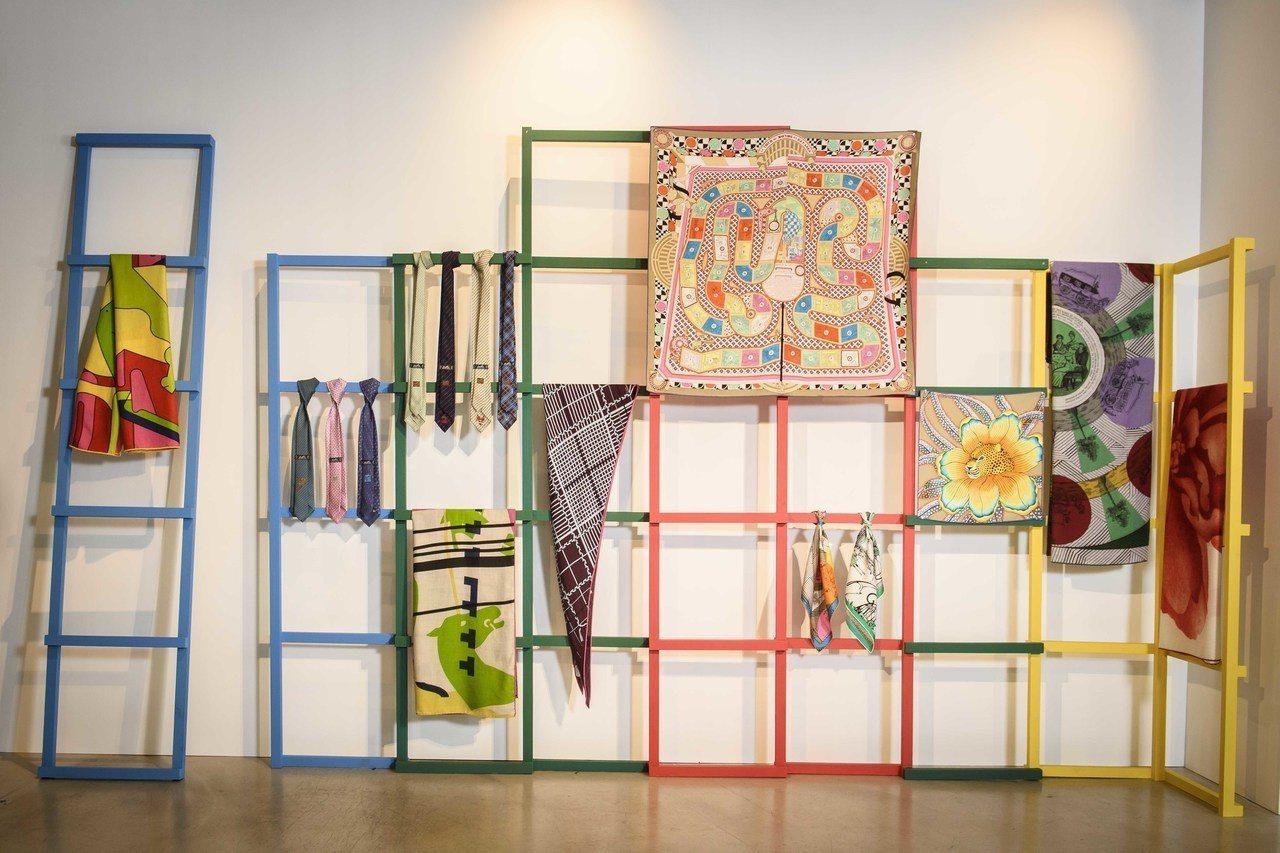 絲巾區以連連看的格子為展示架,其中最大片的「63 格環遊世界」絲巾更將桌遊印成圖...