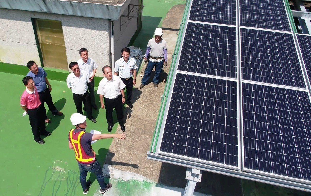 太陽能公司說明發電產能。記者蔡維斌/攝影