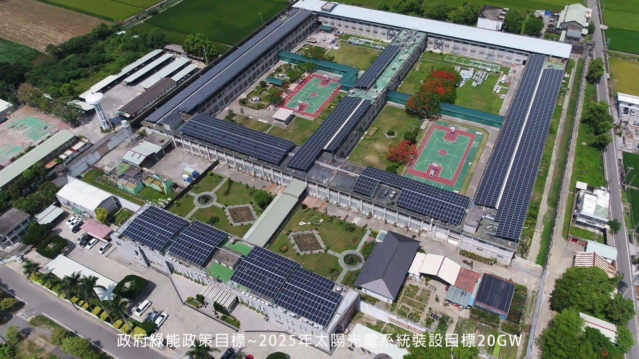 從空中俯瞰雲林監獄的房舍全都安裝太陽能板,成為雲林最大屋頂源能的機關。記者蔡維斌...