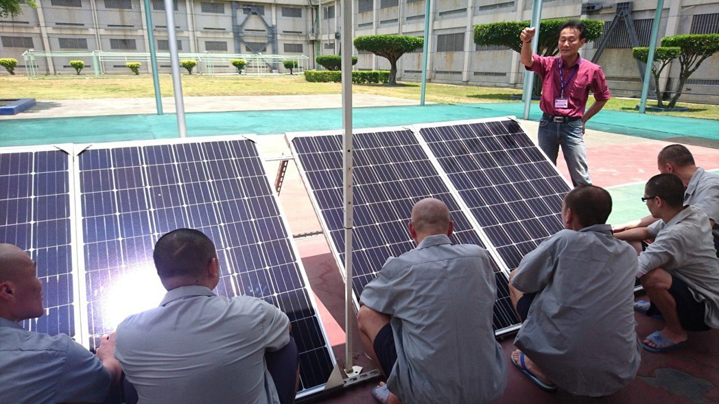 光電人力極為短缺,雲林監獄開國內先河,成立第一個光電維運技訓班,請專家教授上課培...