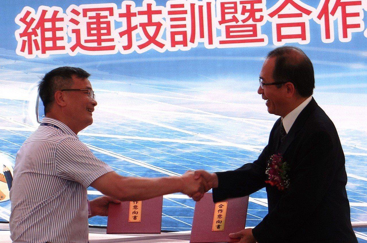 雲林監獄典獄長林憲銘(右)和力瑪科技公司總經理許俊吉簽定合作同意書,共同培訓更多...