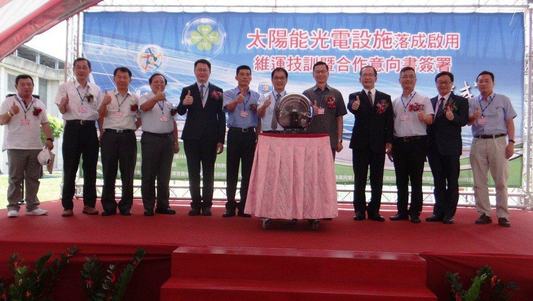 雲林監獄全面裝設太陽能板並成立國內第一個光電維運技訓班,今天正式啟用開課。記者蔡...