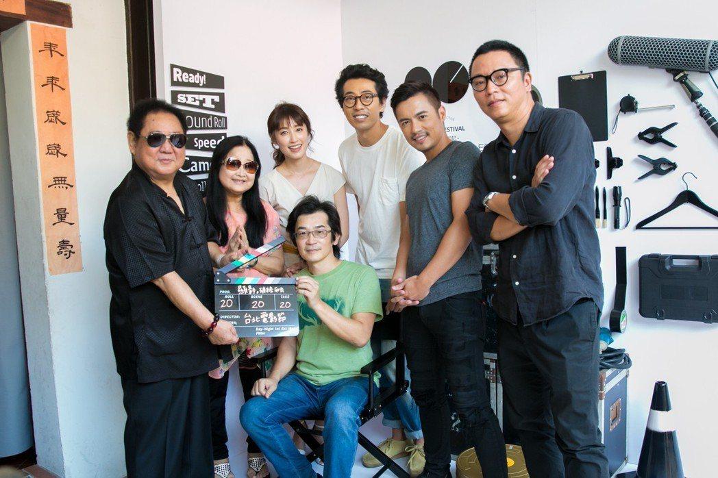 「海角七號」團隊與台北電影節總監沈可尚(右)一起欣賞「台北電影節20印記」特展。...