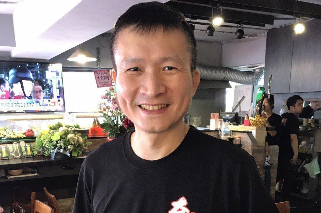 秦楊在小彬彬的餐廳裡幫忙服務客人。記者葉君遠/攝影