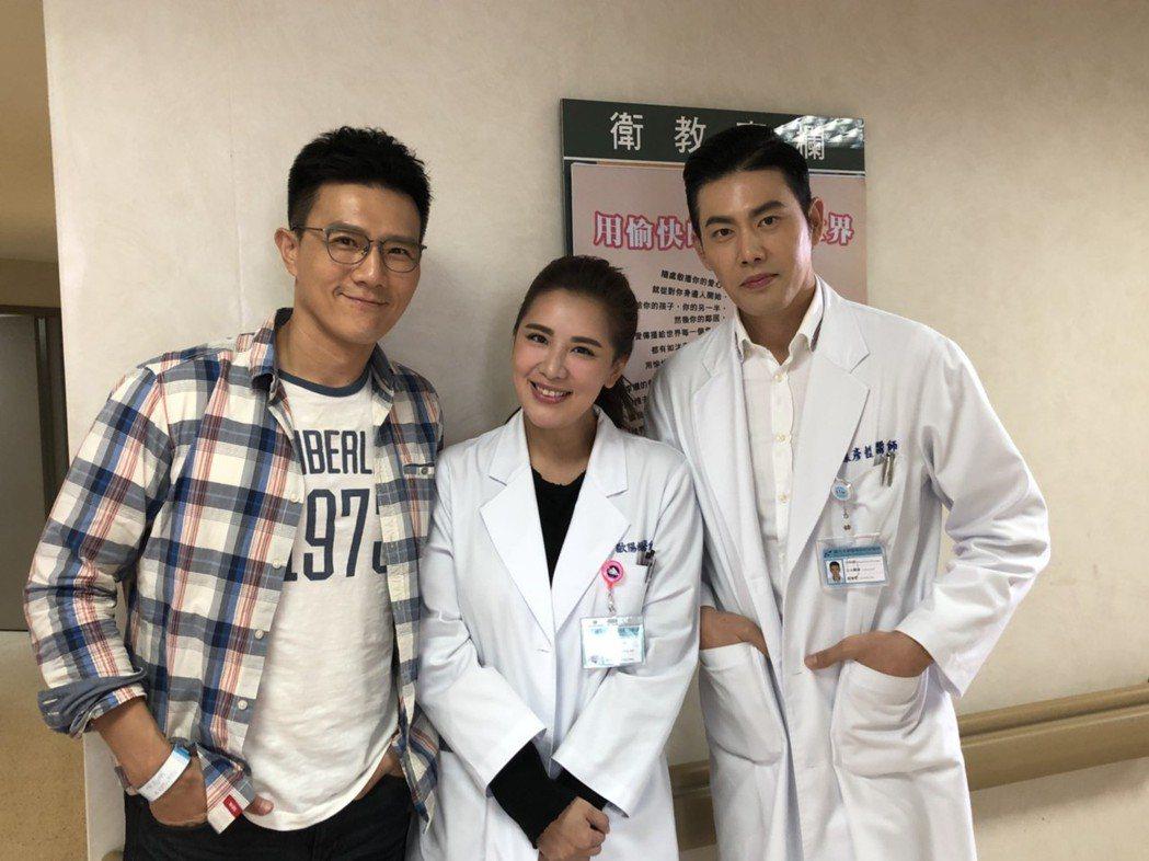 蔣偉文(左起)加入「實習醫師鬥格」,演出小禎初戀男友,還遇到同期出道的余秉諺。圖...