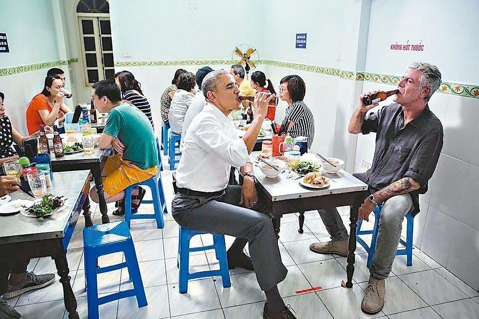 歐巴馬(左)與名廚波登(右)在越南河內小店吃米線。 圖/翻攝波登臉書