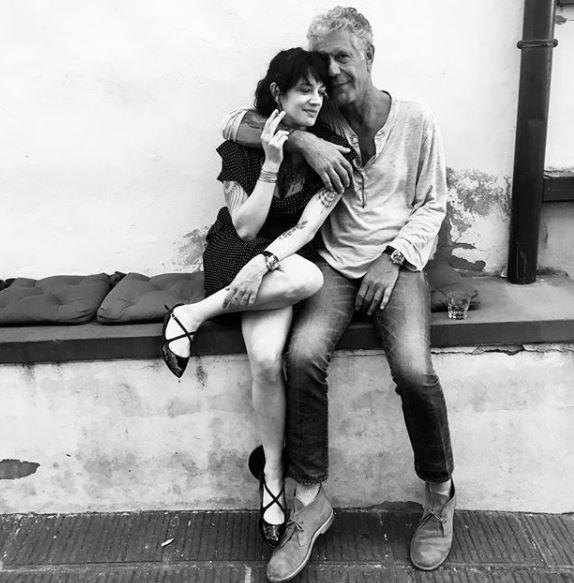 安東尼波登(右)曾有兩次婚姻,現與義大利女星艾夏亞金多交往,5月底艾夏還在社群網...
