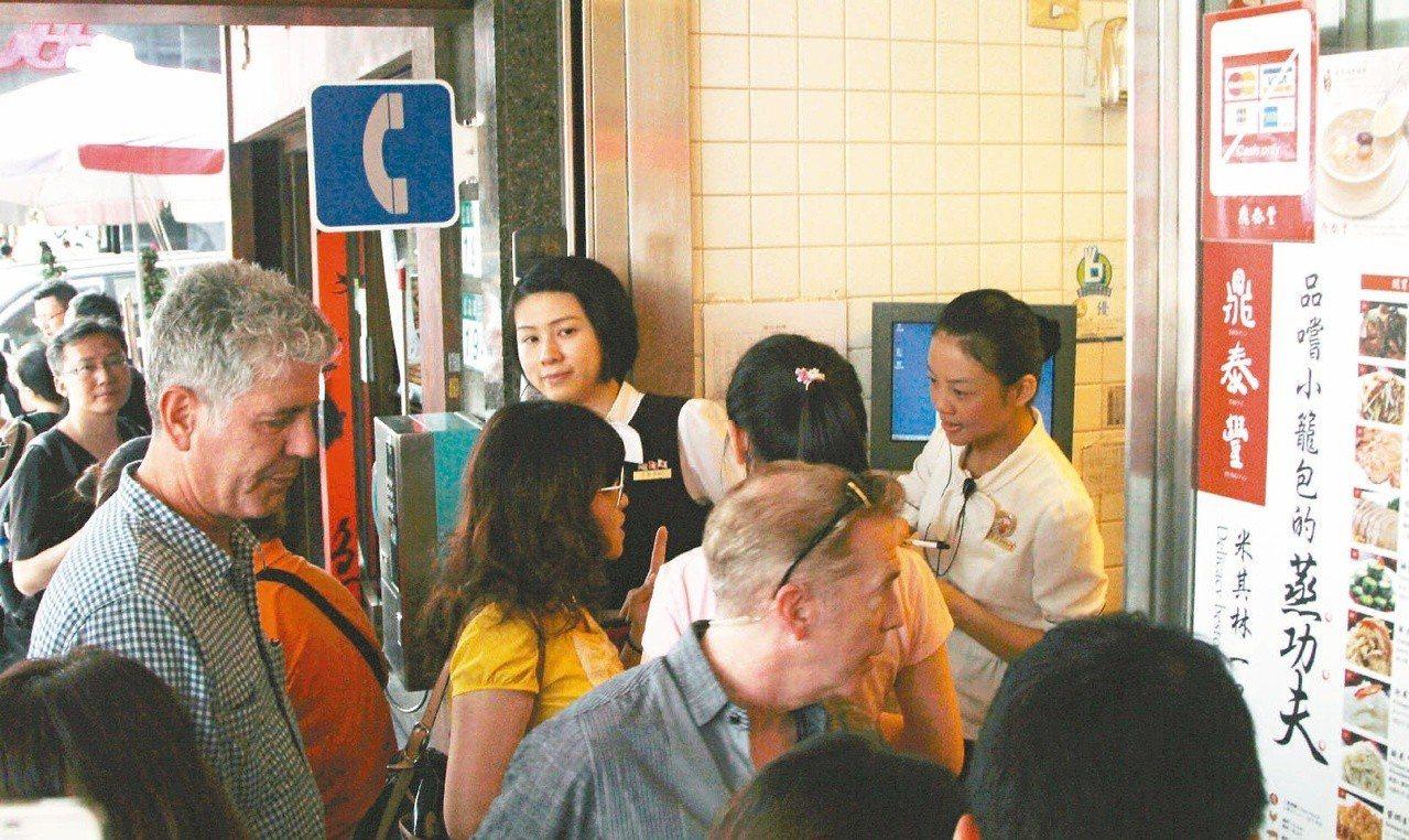 安東尼波登(左)曾為「波登過境」走訪鼎泰豐本店,在一群民眾中頗為顯眼。 圖/聯合...