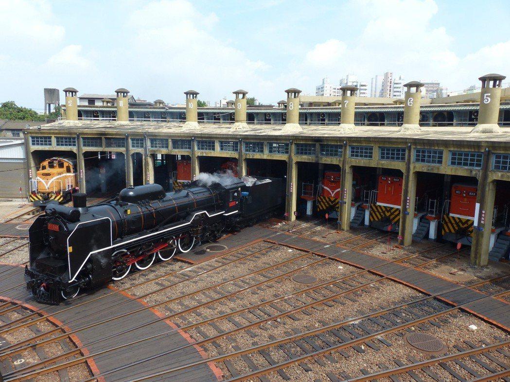 停放在彰化扇形車庫的國寶級蒸汽火車DT668,昨天上午從車庫進入轉盤,再由電力機...