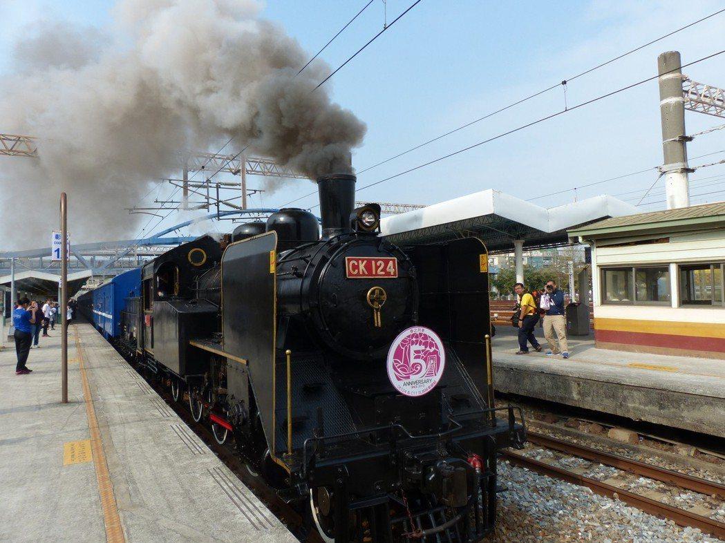 蒸汽火車用生煤做燃料,冒著黑煙、嗚嗚叫才原汁原味,但因違反現行環保法令,常被檢舉...