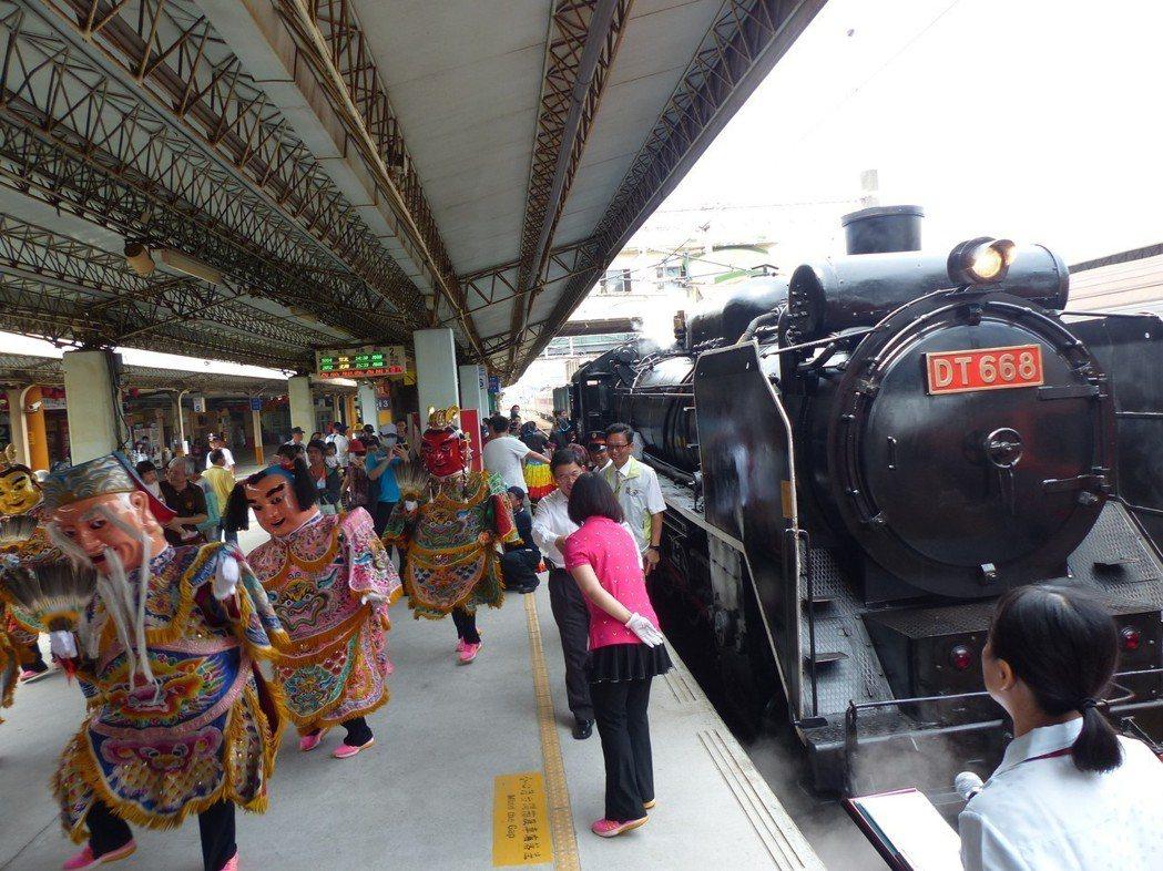 國寶級蒸汽火車DT668進場時,月台有三太子電音團歡迎,十分逗趣。 記者劉明岩/...