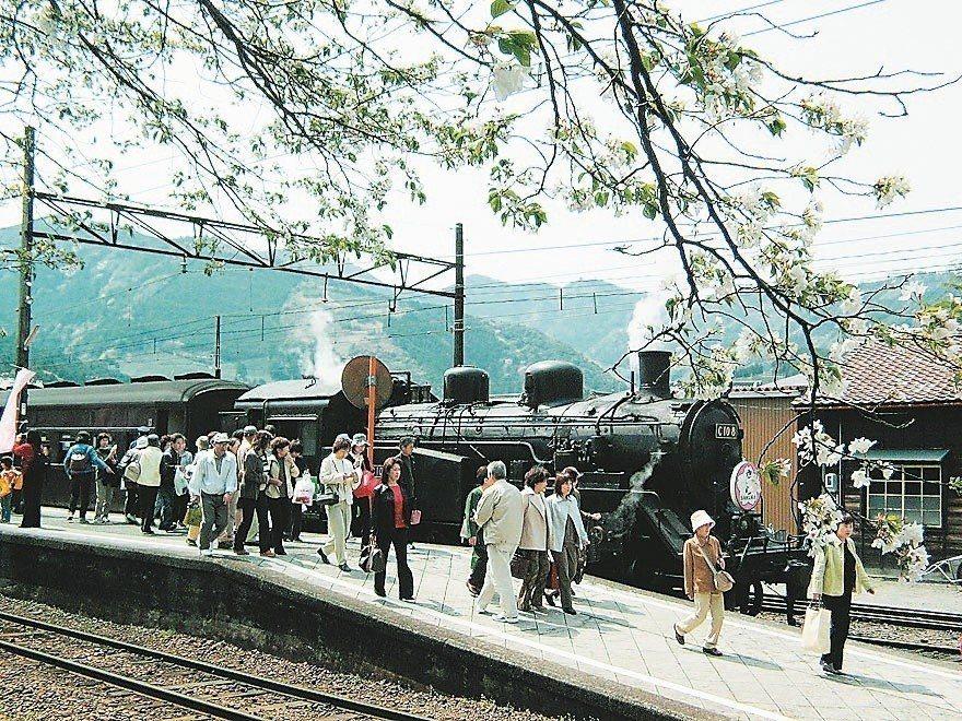 大井川蒸汽火車緩行田園,是日本最早復駛的蒸汽火車。 圖/聯合報系資料照片