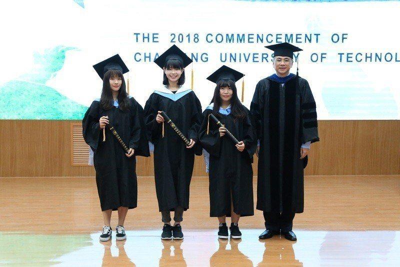 朝陽科大校長鄭道明(右一)頒發畢業證書給今年畢業生。 朝陽科大/提供