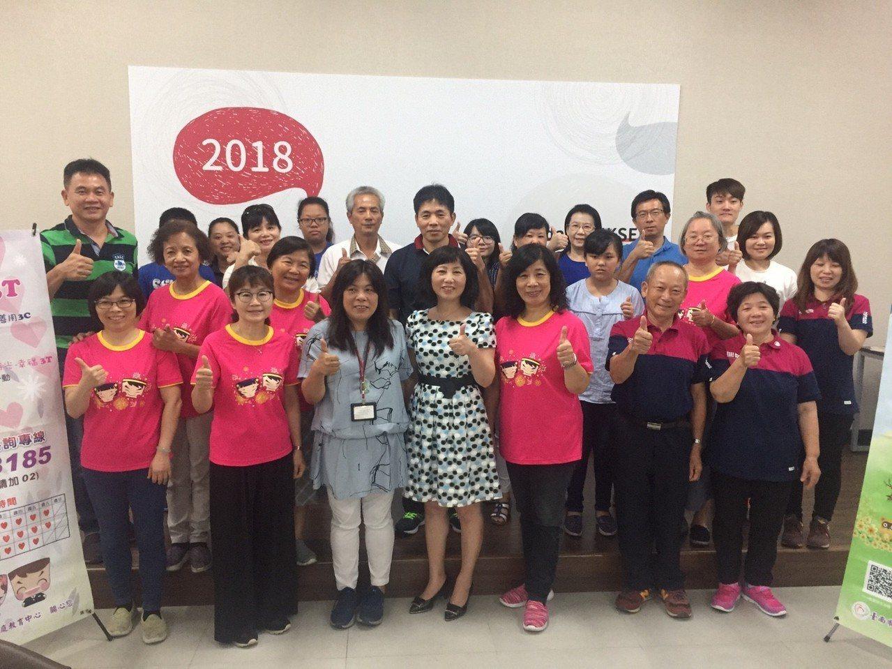 由台南市家庭教育中心策劃執行親子活動,講師透過桌遊、繪本來引導大家正視家庭的重要...