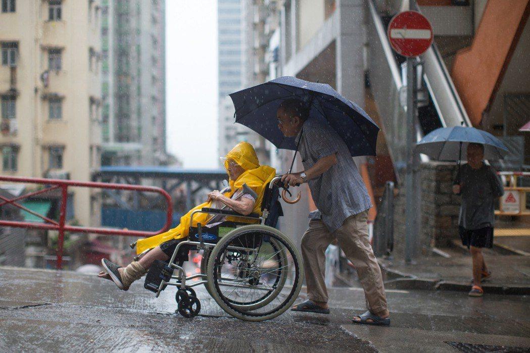 香港今年首發紅雨,柴灣馬路成河。 歐新社