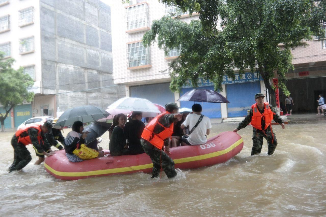 已經三度登陸的「艾雲尼」颱風,連日來在中國東南部降下暴雨,造成多處水災,衝擊正在...