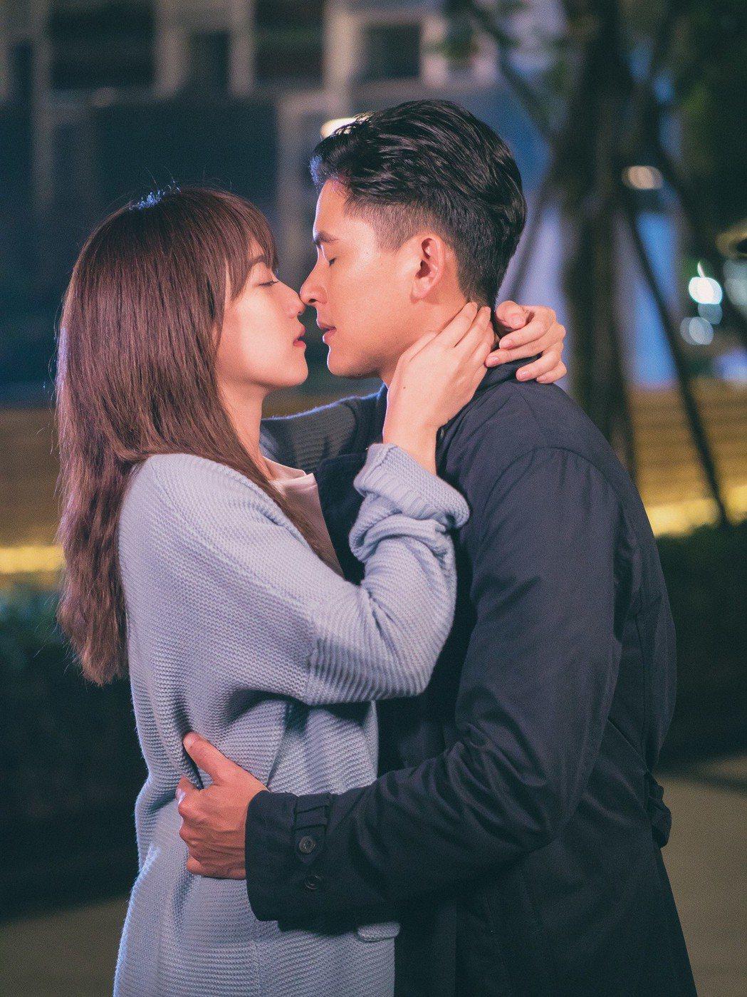 孟耿如(左)與戲裡舊愛Duncan深情擁吻,畫面看來浪漫,拍攝時2 人卻頻頻笑場...