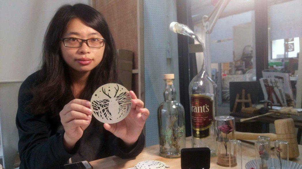 青年創業家郭欣妤打造再造工坊,讓廢棄紙、酒瓶有了新的運用方式,推廣垃圾減量。記者...