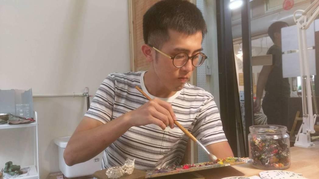 青年創業家許峻堂用油畫創作,推廣藝術。記者郭宣彣/攝影