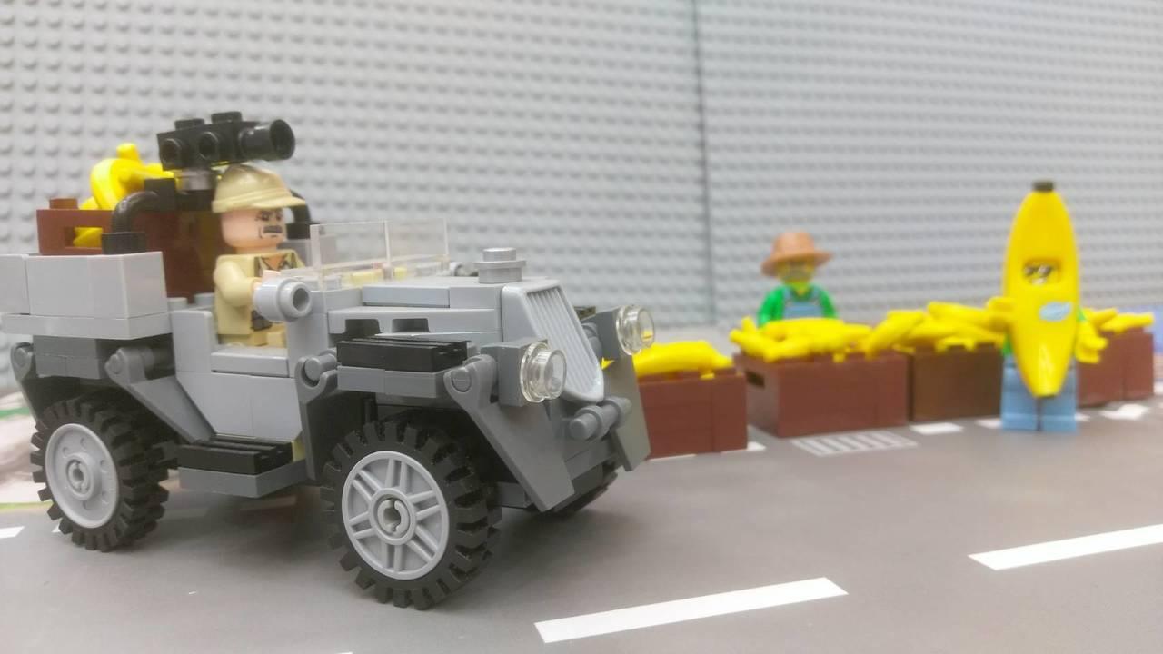 曾政傑用樂高玩具組出蕉農,並設計在烈日下賣香蕉的場景。記者郭宣彣/攝影