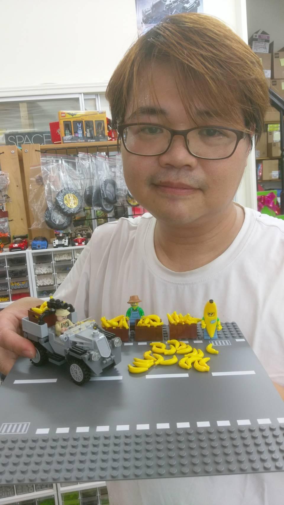 曾政傑在店內辦「買玩具香蕉送香蕉活動」,只要到店購買25元的樂高玩具香蕉,就可以...