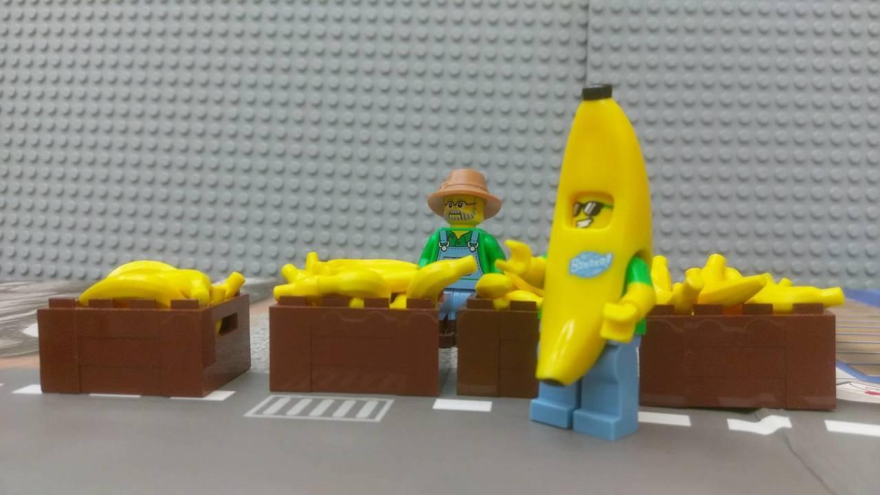 曾政傑用樂高玩具組出蕉農,並設計在烈日下賣香蕉的場景,畫面很可愛。記者郭宣彣/攝...