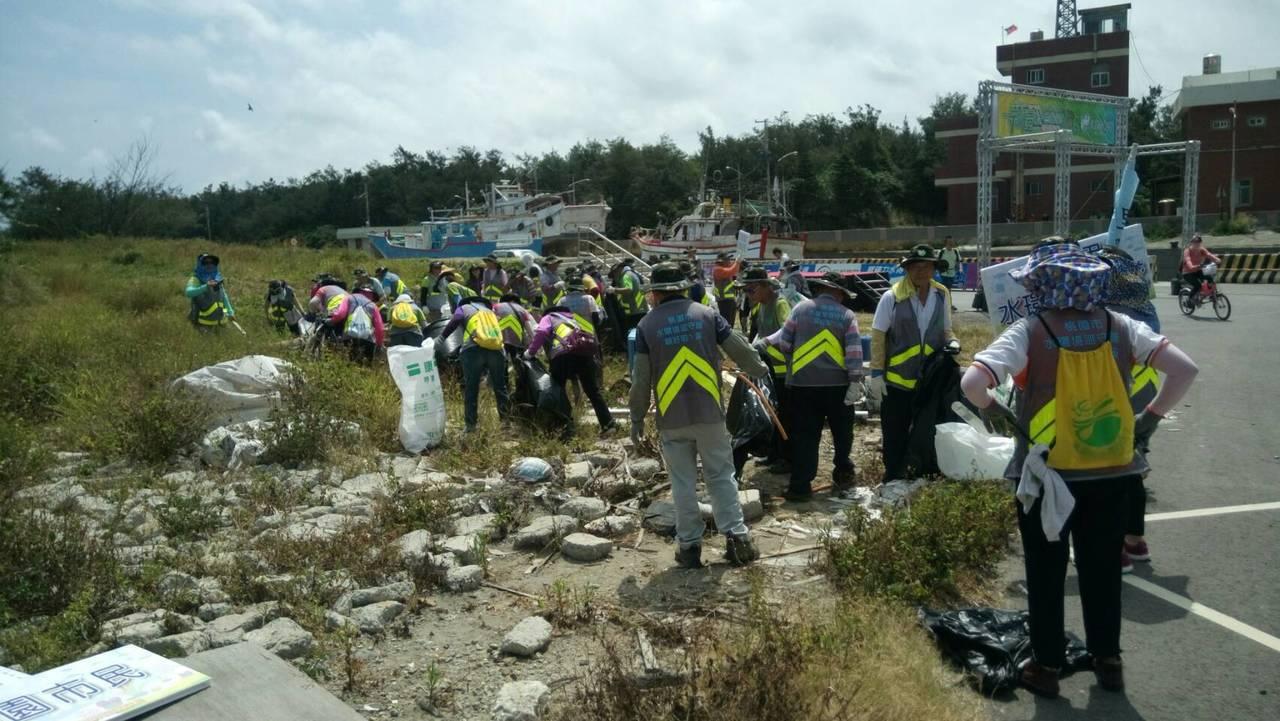 為響應世界環保日,桃園市環保局今日舉行「海洋垃圾清除總動員」,約600位環保志工...