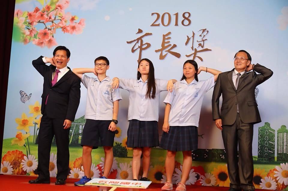 台中市長林佳龍今與各校市長獎得主合影,應學生要求搞笑賣萌;他自嘲「你們很帥氣,我...
