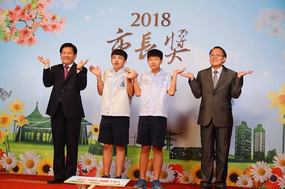 台中市長林佳龍今與各校市長獎得主合影,應學生要求搞笑賣萌;他自嘲「這張有87分像...