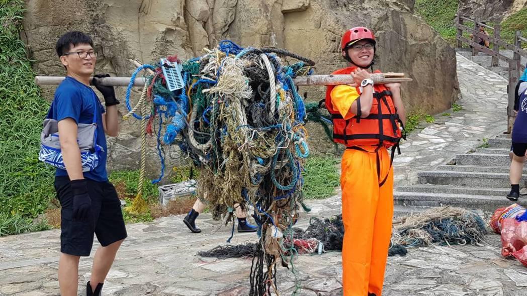 基隆市政府響應世界海洋日,今天上午10時在和平島公園號召150位潛水志工淨灘,2...