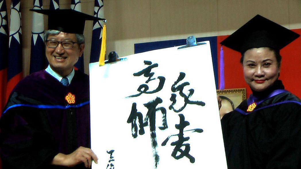 豫劇皇后王海玲(右)寫下「我愛高師」,贈給高師大校長吳連賞(左),感謝母校。記者